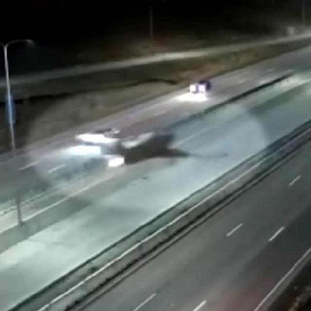 Avion sletio na autocestu