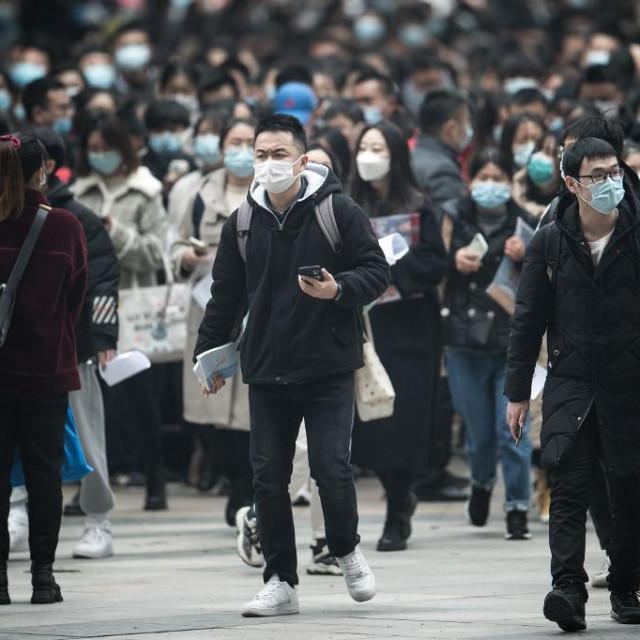 Nose maske, drže distancu, testiraju na veliko i žive normalno