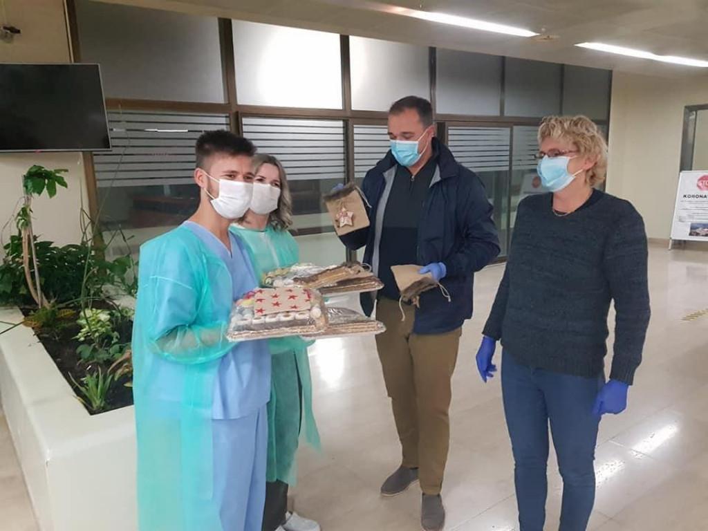 Ana Putica i Denis Pavela s domaćim kolačima za sve koji rade na COVID-odjelu dubrovačke bolnice