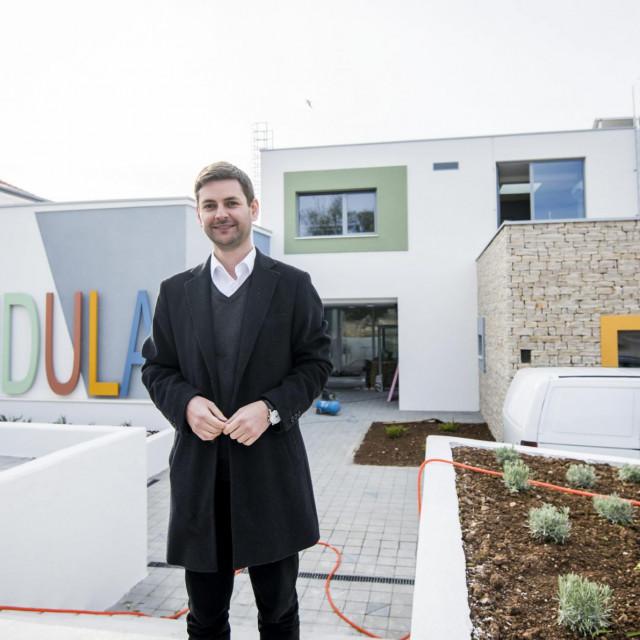 Načelnik općine Ivan Gulam ispred novog dječjeg vrtića u Pirovcu