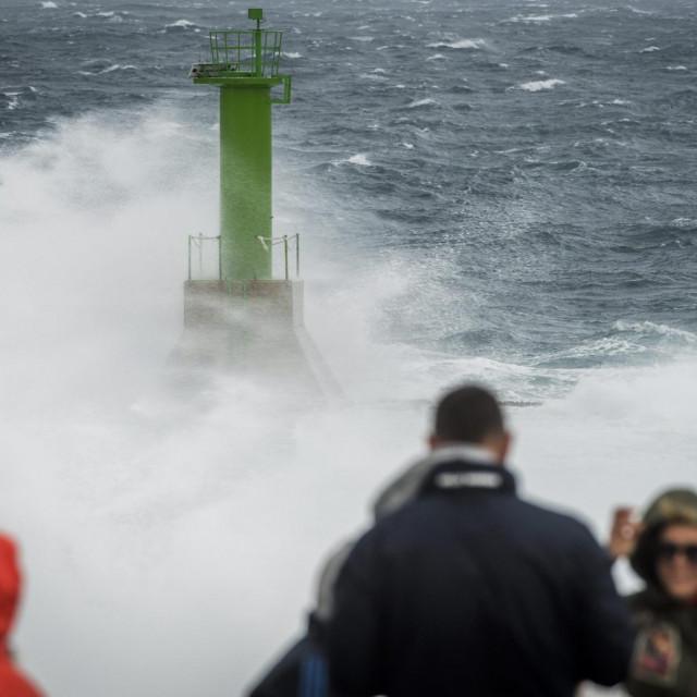 <br /> Orkanski udari juga na rtu Punta Planka kod Rogoznice. Mnogobrojni ljudi dosli su uzivati u pogledu na valove.<br />