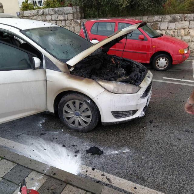 zapalilo se auto, Zagrebačka ulica, vatrogasci na intervenciji