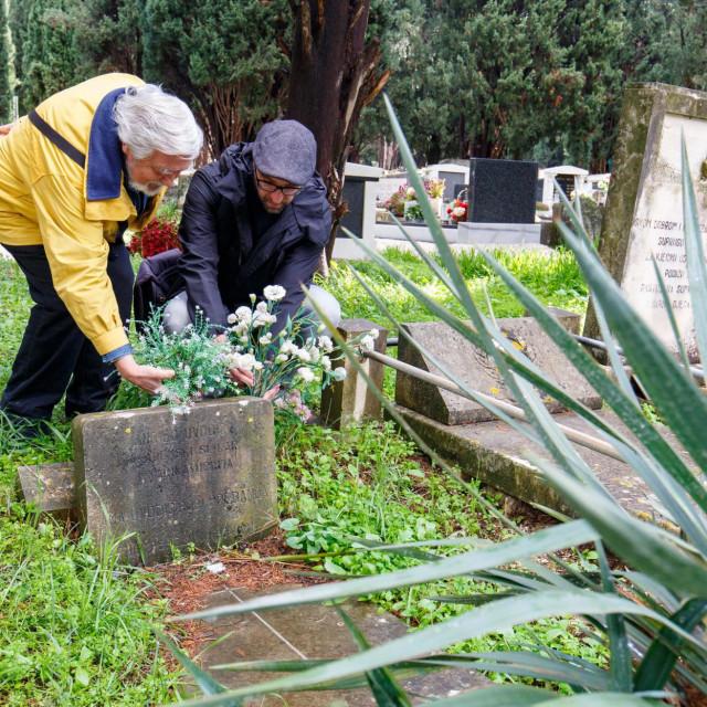 Arhitekt Edo Šegvić i naš novinar uz grob Angjela Uvodića