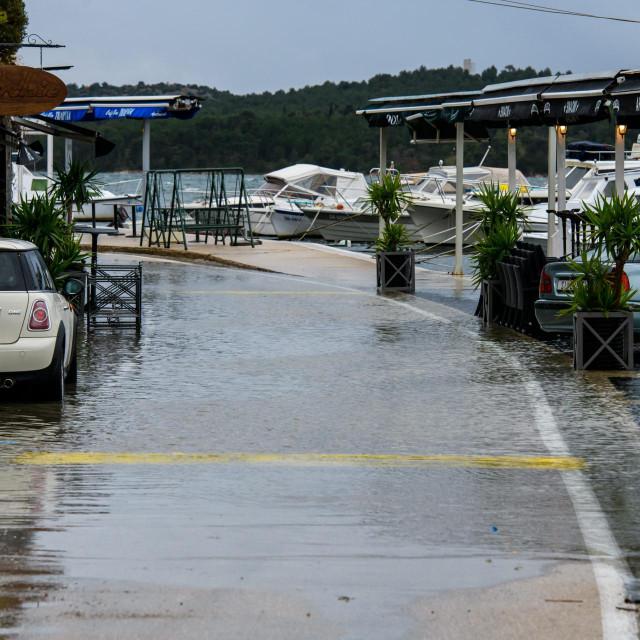 <br /> Visoka razina mora i jugo izazvalo je poplavu u gradskoj cetrvti Dolac