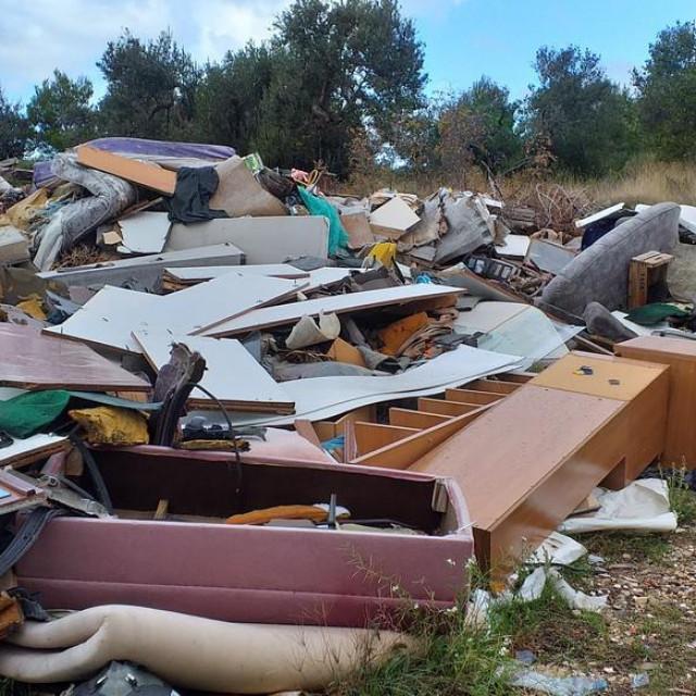 Divlji deponij smeća u Grebaštici