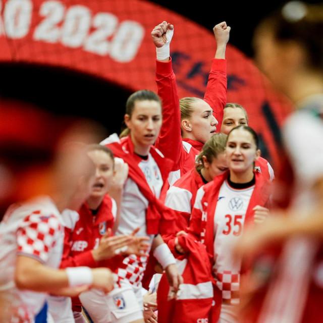 Slavi klupa Hrvatske, ruke su u zraku reprezentativke iz Mokošice, Kristine Prkačin foto: kolektiff
