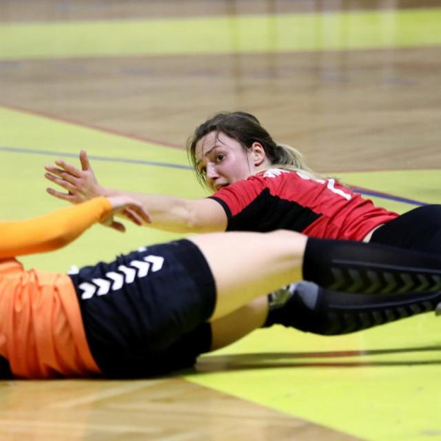 Renata Vladimir (Dalmatinka, narančasti dres) u borbi za loptu protiv Splita foto: Vojko Bašić/CROPIX