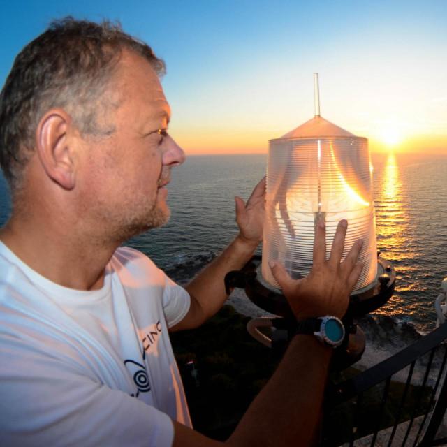 Svjetionici vode Mitju kroz život