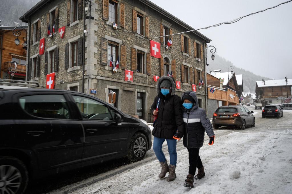 Francuski Chatel: mještani su okitili svoje kuće švicarskim zastavama u znak prosvjeda protiv odluka vlade u Parizu