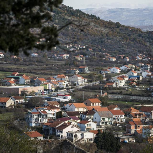 Drnis, 271120.<br /> Drnis, grad u Dalmatinskoj zagori Sibensko-kninske zupanije.<br />