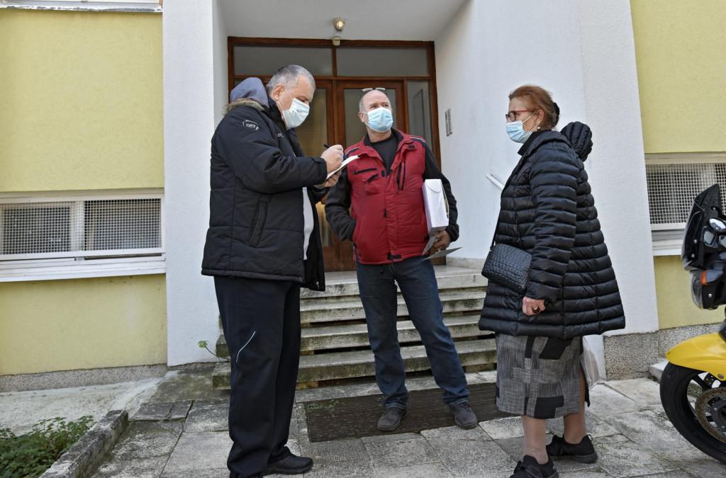 Susjedi pokojnika Pave Sapunarić i Tanja Kusačić u razgovoru s našim reporterom
