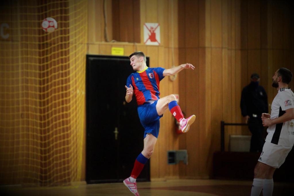 Haron Džanković (Square) u 35. minuti šalje loptu glavom u mrežu Crnice za konačnih 5:0 u utakmici 9. kola Prve hrvatske lige foto: Tonči Vlašić