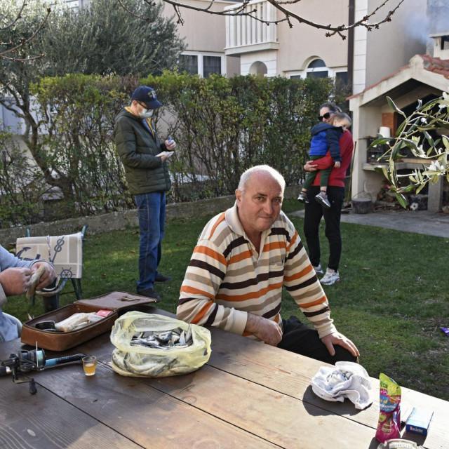 Braća Mirko i Ivan Jovanoski su isprid, a iza naš reporter, Mirkova ćer Đordana i mali Marko. Ima mista za još jednoga, a da mjere ne budu prikoračene