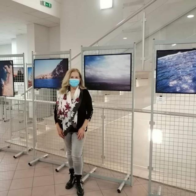 Maja Tomas ispred svojih fotografija<br />
