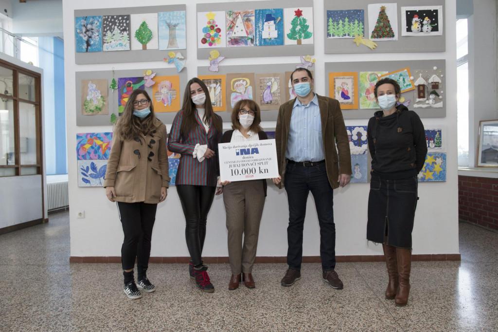 Predstavnici Ine i Slobodne Dalmacije uručili su ček od 10.000 kuna ravnateljici Snježani Čotić