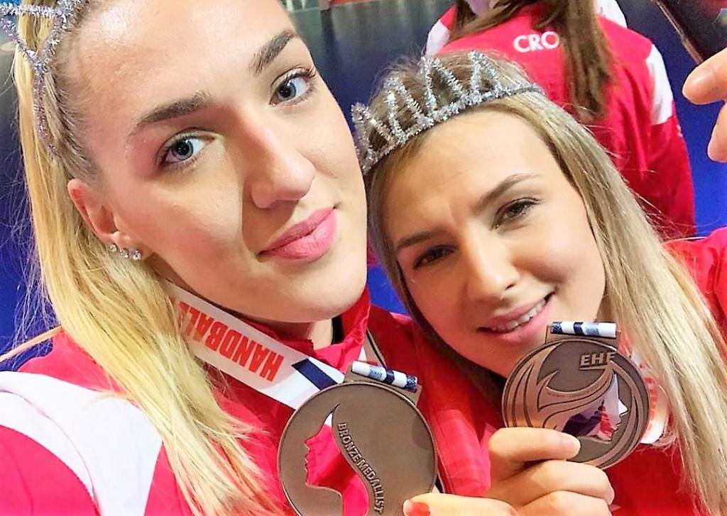 Selfie iz Danske - Kristina Prkačin i Tea Pijević s brončanim medaljama s EP-a, prvim medaljama u povijesti hrvatske ženske rukometne reprezentacije na velikim natjecanjima