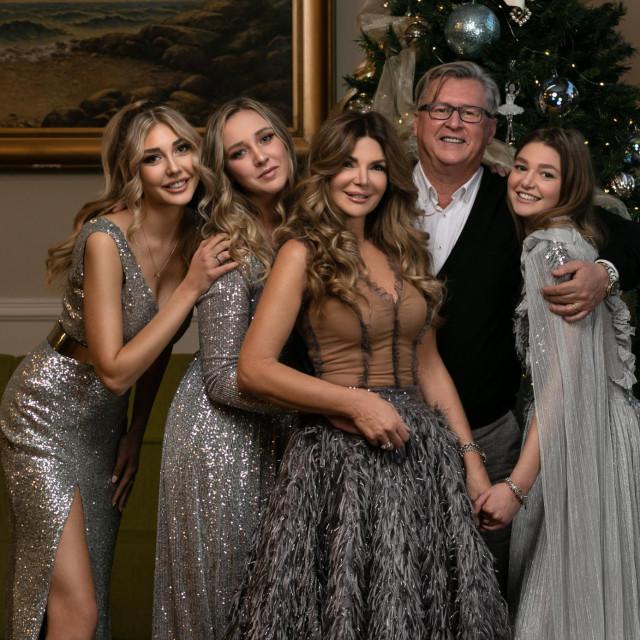 Sretna obitelj - Daniela i Nenad s kćerkama Emom, Laurom i Almom