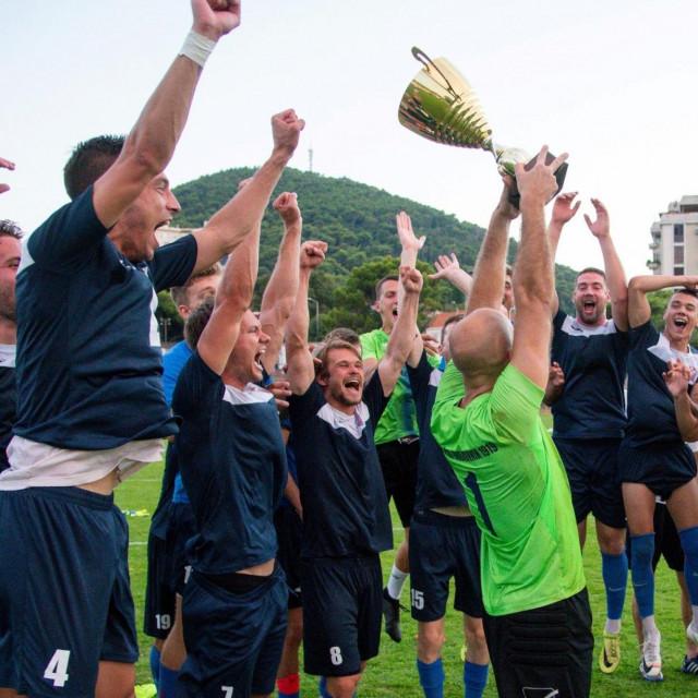 GOŠK Dubrovnik 1919. je osvajanjem Županijskog kupa 2020. (na slici slavlje) izborio završnicu Kupa Hrvatske, u njoj u pretkolu dobio drugoligaša BSK, te u šesnaestini finala bez igre Zadar