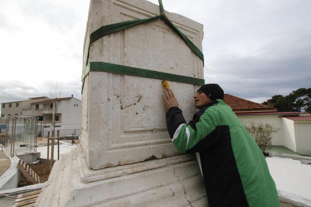 Spomenik je podignut 1808. za vrijeme francuske uprave u Dalmaciji