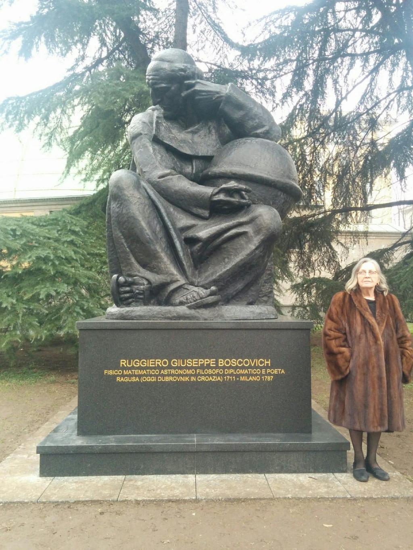 Snježana Susović Hefti pored Meštrovićeva spomenika Ruđeru Boškoviću u Milanu, koji je uspjela postaviti<br />