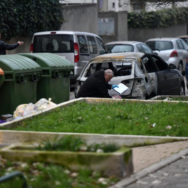 Zadar 211220<br /> U pozaru koji je sinoc zahvatio kontejner u Sibenskoj ulici na Bilom brigu osteceno je nekoliko automobila.<br />