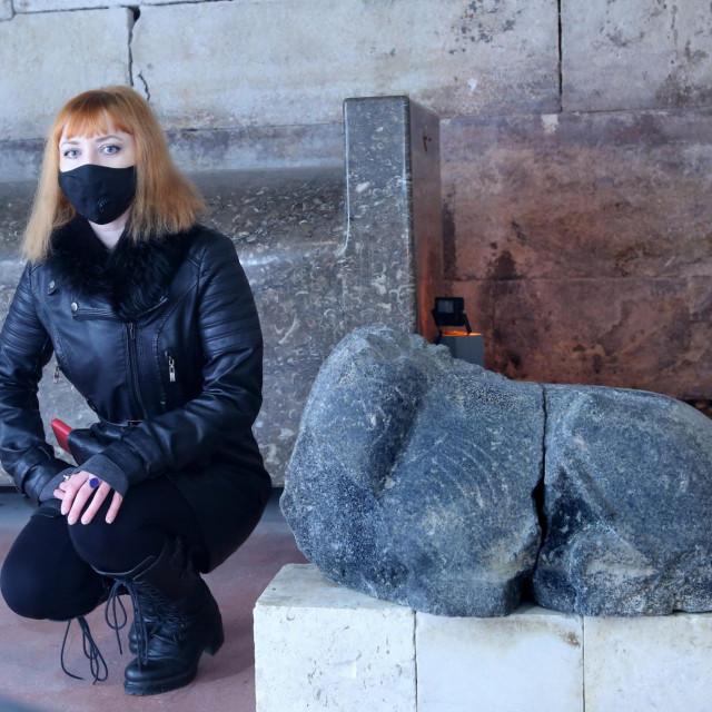 Kustosica izložbe Vedrana Supan pokraj ostataka jedne od sfingi