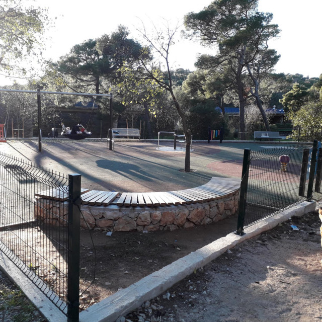 Iako je zapravo još novo, igralište je već nekoliko mjeseci bez dijela ograde, podloga je puna pijeska, opalog lišća, papira, otpadaka...