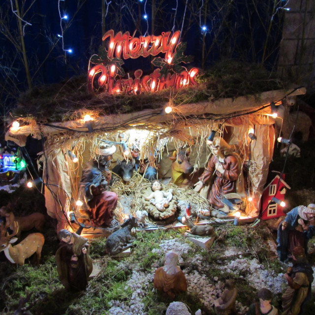 U predgrađu Korčule nalazi se prava Božićna bajka s tisućama lampica i blagdanskih motiva Mikelja Gomilja