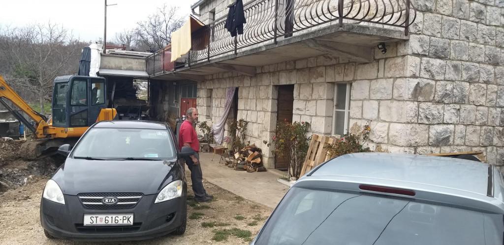 Dražen Tomić pred kućom u Trnbusima u kojoj je ozlijeđen njegov sin<br />