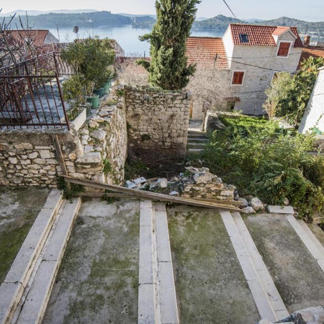 Sporna lokacija buduće interpolacije uz samostan i vrt Sv. Lovre.