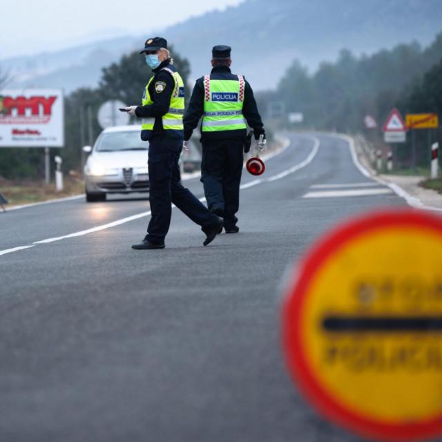 Policija kontrolira propusnice za kretanje između Splitsko-dalamtinske i Šibenske županije u mjestu Svinca