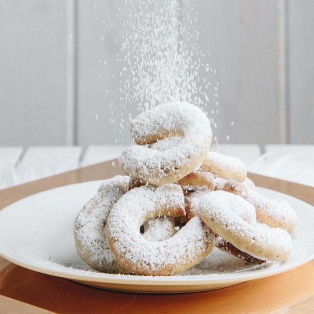 Božićni keksići na blagdanskom stolu