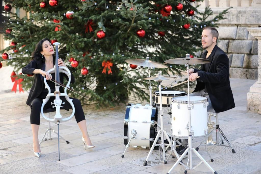 Violončelistica Ana Rucner na Stradunu je danas snimala božićnu čestitku i prigodan video spot. UZ nju su na setu bili bubnjar Marko Duvnjak i plesač Marko Ciboci<br /> <br /> <br /> <br /> <br />