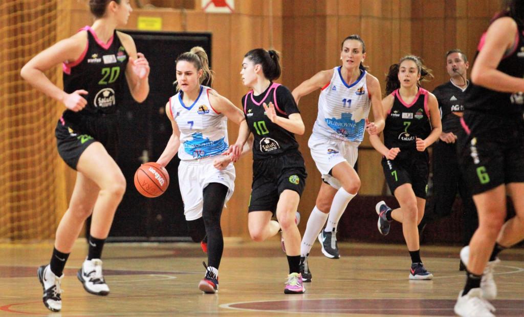Carmen Miloglav hita prema košu Trešnjevke u kup utakmici koju je Ragusa dobila s 56:38 (desno od nje je Ana Vrsaljko) foto: Tonči Vlašić