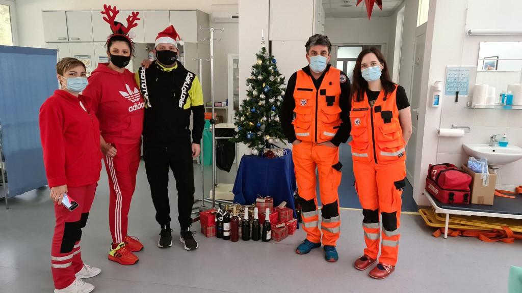 Obitelj Kapor poklonila pakete radnicima Doma zdravlja u Korčuli
