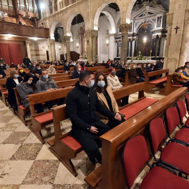 Misu polnoćku u katedrali sv. Stošije večeras je predvodio zadarski nadbiskup msgr. Želimir Puljić