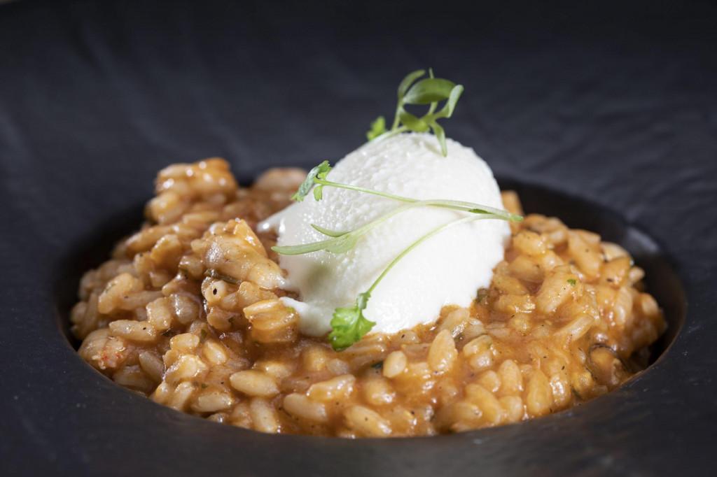 Split, 25052020.<br /> Restoran Corto Maltese za rubriku Morski kuhar magazina Otvoreno more.<br /> Na fotografiji: Pickin dim, rizoto od dimljenih dagnj, kozica sa kremom od sira.<br />