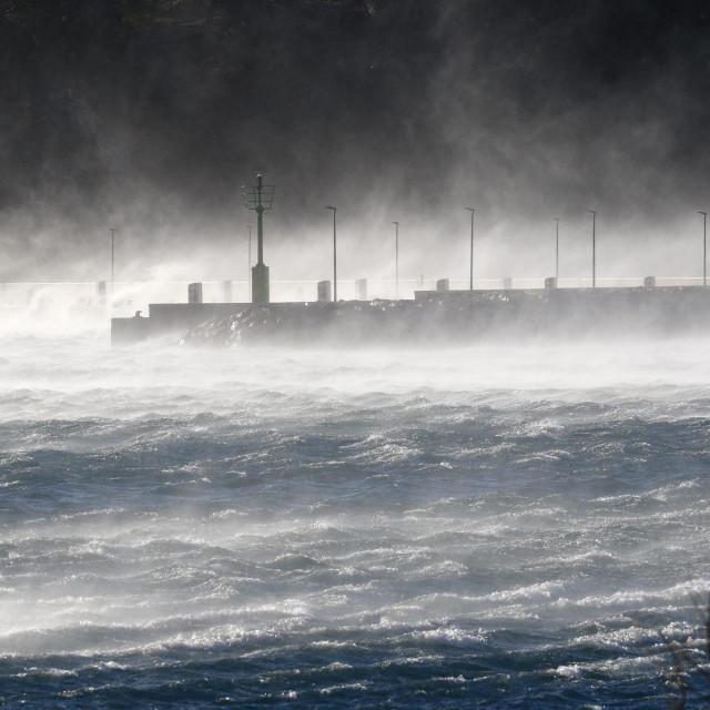 Makarska, 230219.<br /> Olujna bura koja na makarskom podrucju puse s udarima od 190 km/h zaustavila je trajektni promet na linijama Makarska-Sumartin i Drvenik-Sucuraj i uzrokuje veliku materijalnu stetu.<br />