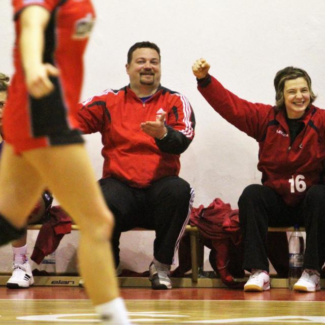 Stipe Tomašević i Tea Pijević slave na klupi Dalmatinke - slika iz 2012. godine, tad je Tea nastupala u dresu s brojem 16 foto: Tonči Vlašić