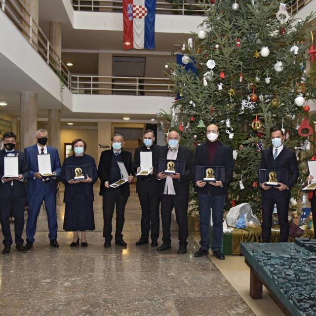 U Banovini su nagrade Grada Splita laureatima uručili gradonačelnik Andro Krstulović Opara i predsjednik Gradskog vijeća Igor Stanišić