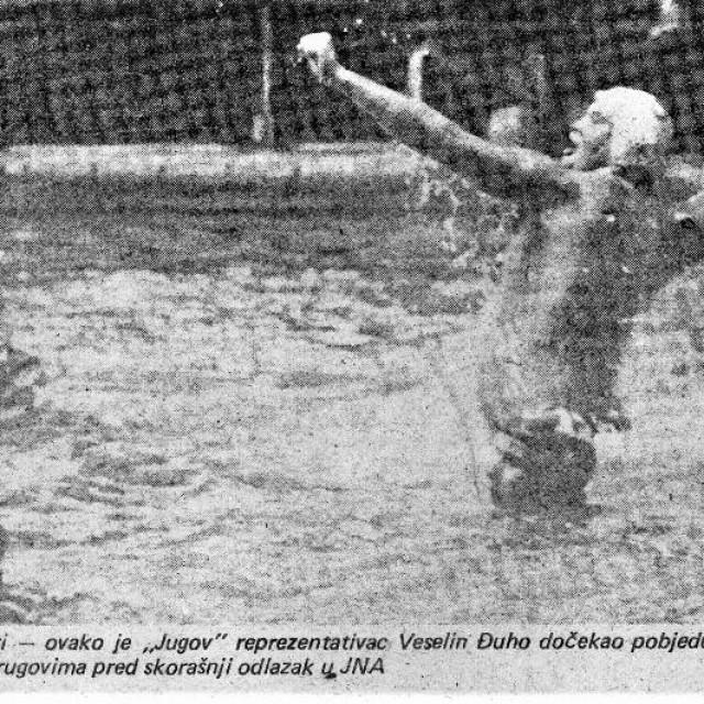 Slika Veselina Đuha - trenutak kad u Kuparima 28. prosinca 1985. slavi pogodak i pobjedu protiv Kotora zabilježio je fotoreporter 'Slobodna Dalmacije' Feđa Klarić