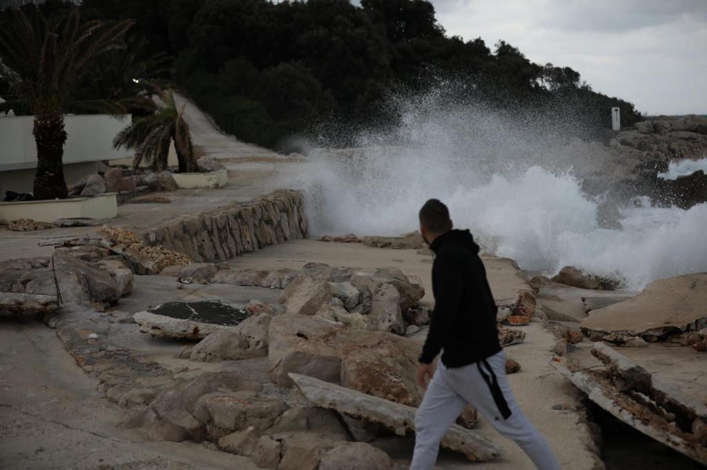 Olujno jugo razorilo je plažu podno hotela Dubrovnik President