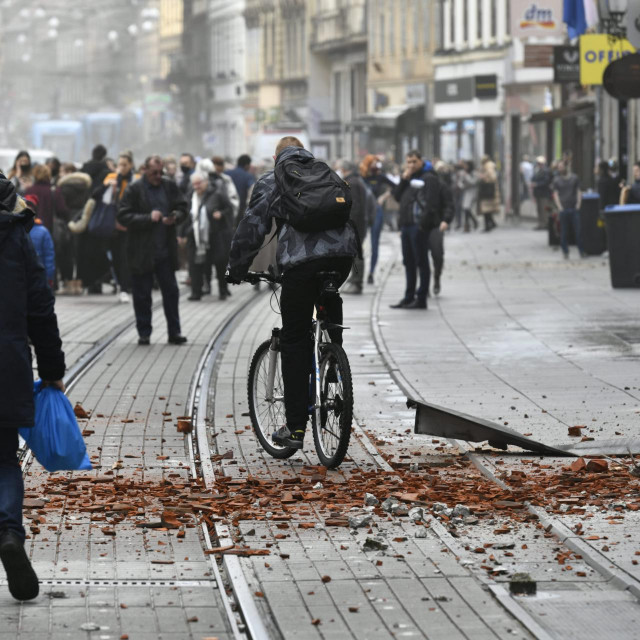 Zagreb, 291220.<br /> Potres jacine 6.3 pogodio je Petrinju, a jako se tresao i Zagreb.<br /> Na fotografiji: ulice nakon potresa.<br />