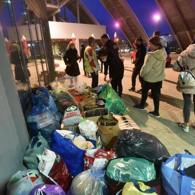 Prikupljanje pomoci kod dvorane Kresimira Cosica na Visnjiku.<br />
