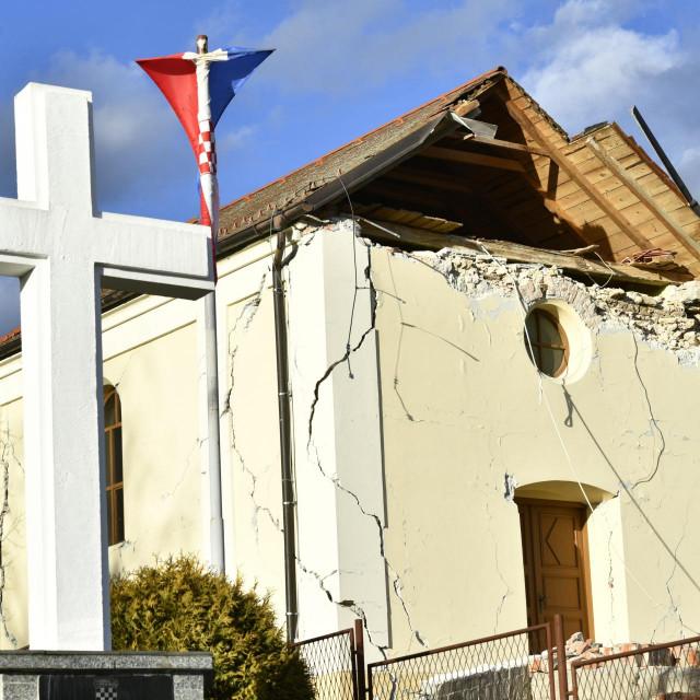 Petrinja, selo Pecki, 291220.<br /> Katastrofalni potres jacine 6.3 pogodio je Petrinju, osjetio se u vecini zemlje.<br /> Na fotografiji: srusena crkva u selu Pecki<br />