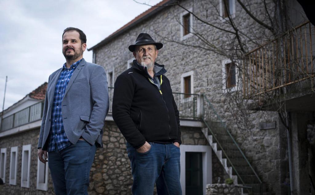 Branko Radonić i Zvonko Pervan Pop, čuvari bogate povisti Kokorića, isprid kule Pervanove