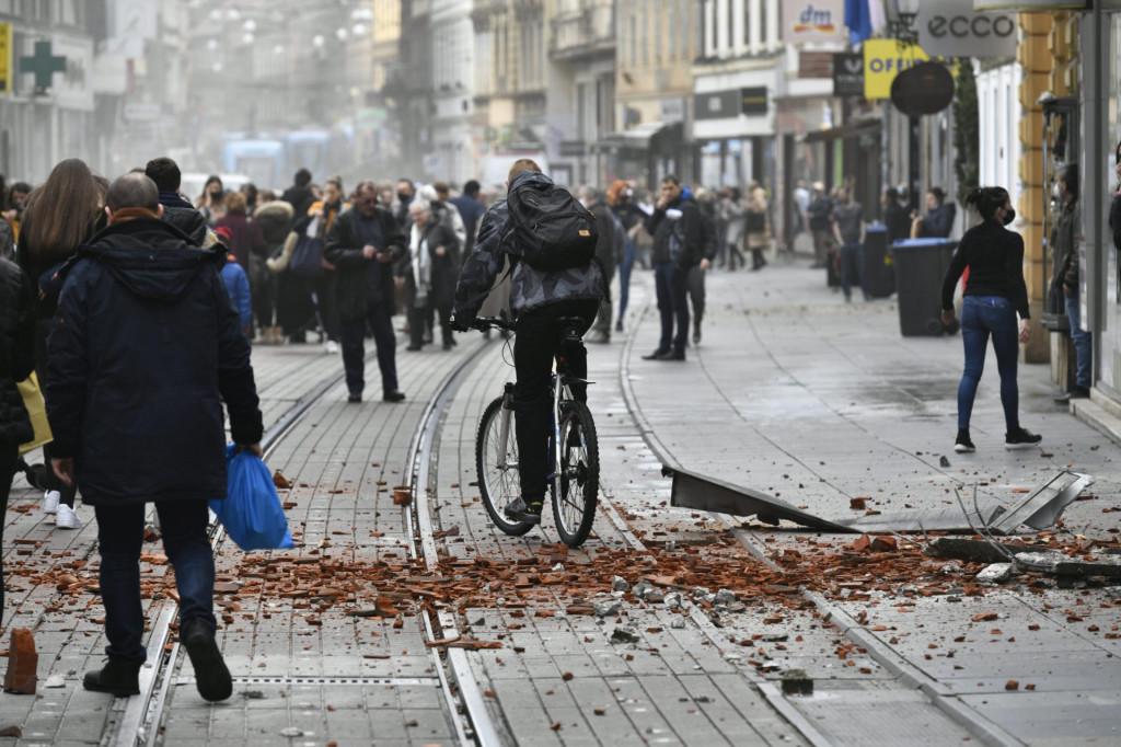 Zadarski Zagrepcani Izasli Na Ulice I U Parkove Pojedini U Automobilima Odlaze Iz Grada Ovo Je Bilo Na Granici Razaranja