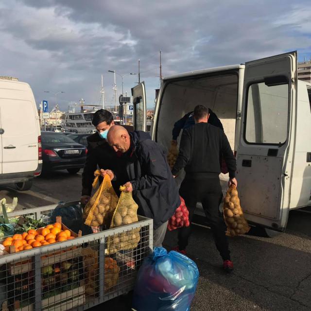Upravo je krenuo kombi za Glinu i Sisak pun namirnica i raznih potrebitih stvari od Tržnice Zadar i