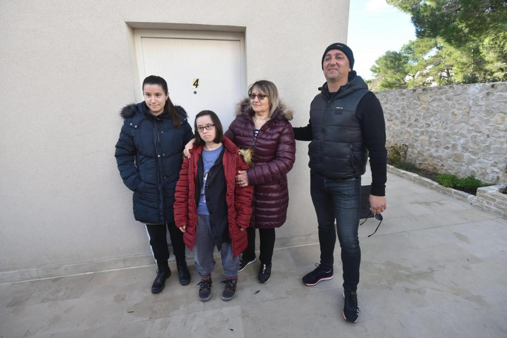 Na poziv Alena Perića iz Zadra jutros je u njegov apartman stigla obitelj Jasne Kovačević iz stradale Petrinje