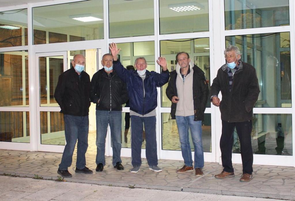 Korisnici 'Lučkih stanova' ispred Doma kulture u kojem je zasjedalo Gradsko vijeće Ploča